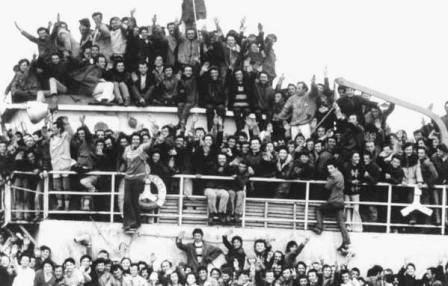 Una-delle-navi-albanesi-entrate-a-Brindisi-nel-marzo-1991